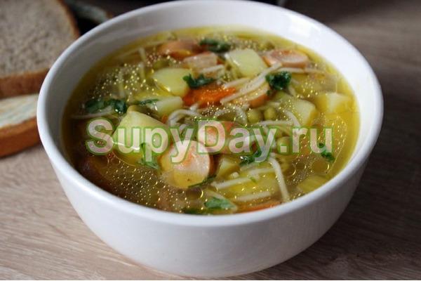 Суп с сосисками и зеленым горошком