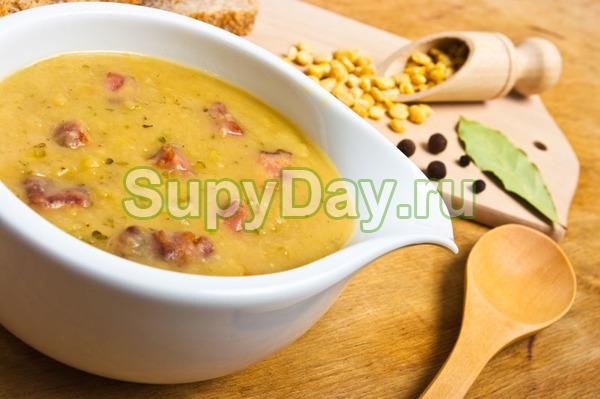 Рецепт горохового супа с копченой курицей с сухариками и зеленью