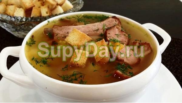 Рецепт горохового супа с копченой курицей с сухариками и водочкой