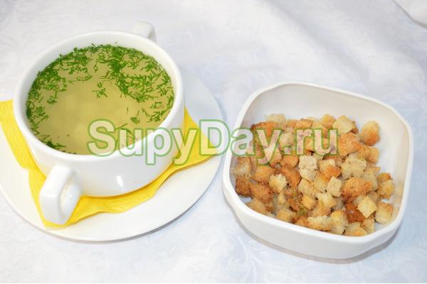 Куриный суп с лапшой и гренками
