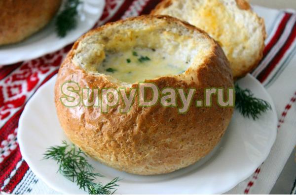 Сливочный суп с курицей и грибами в горшочке из хлеба