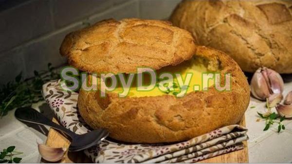 Сырно-чесночный суп в хлебе