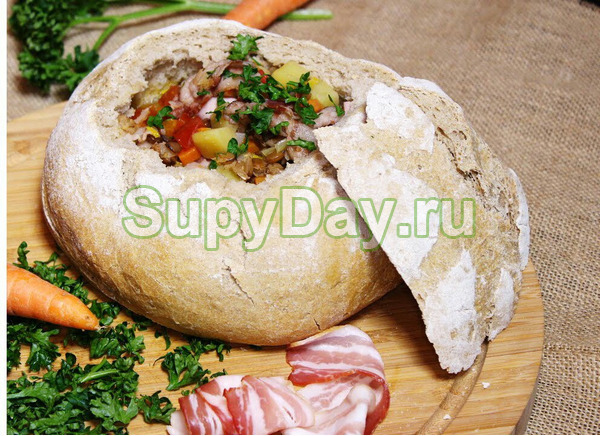 Чечевичный суп с вареной колбасой в хлебе