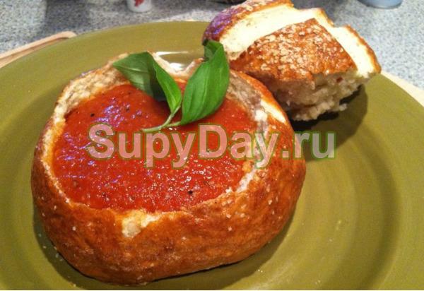 Томатный суп в хлебе