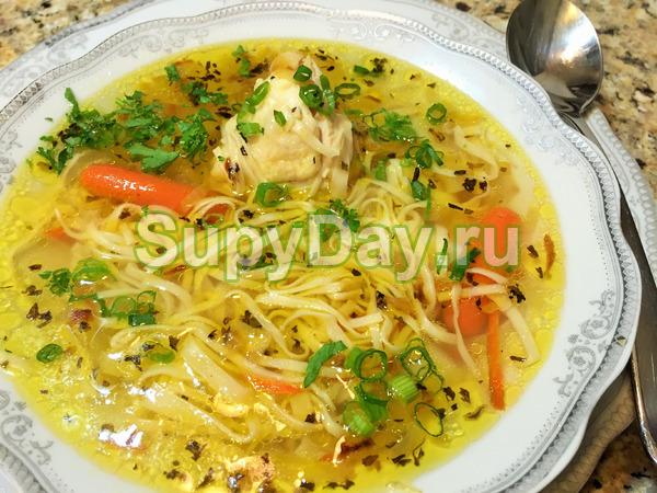 Суп по-домашнему с курицей и яичной лапшой и чесноком