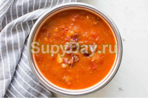 Томатный суп с беконом и курицей
