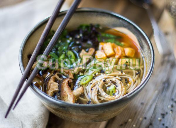 Азиатский суп-лапша с сушеными грибами шиитаке