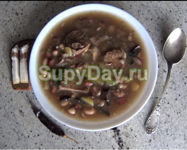 Суп с фасолью, сушеными подосиновиками и ломтиками говяжьей грудинки
