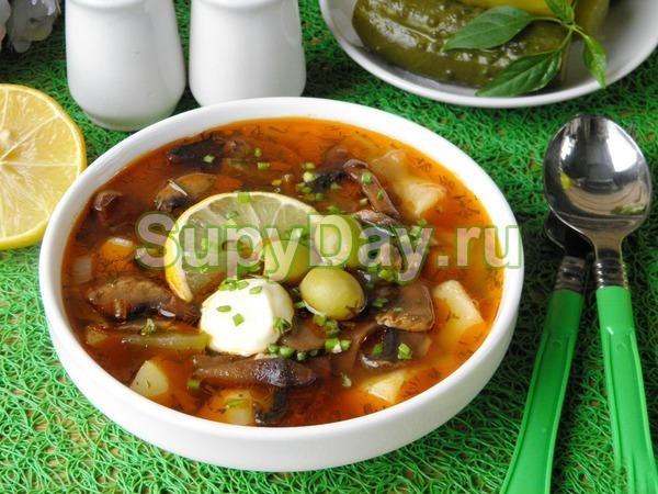 Суп солянка с грибами и куриными сердечками