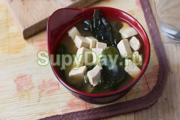 Простой мисо-суп с тофу и вакаме