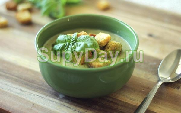 Суп-пюре из зеленого горошка с луком-пореем и гренками