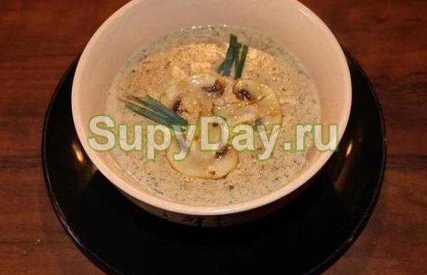 Суп с боровиками и карамелизированным луком